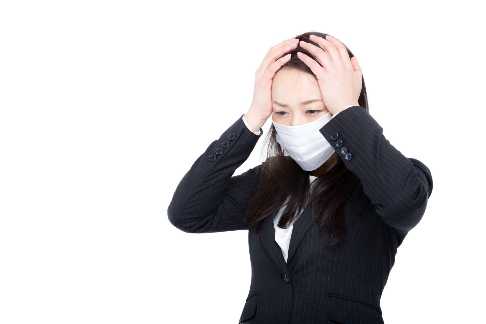 風邪を引いてる女性の写真