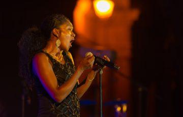 女性がステージで歌う写真