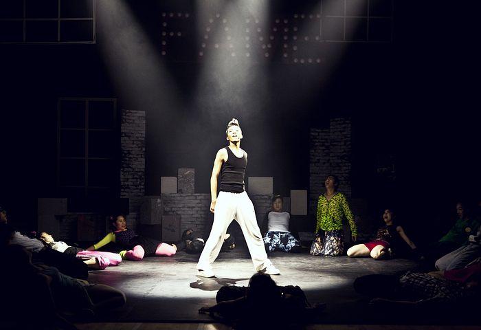 ステージに立つ女性