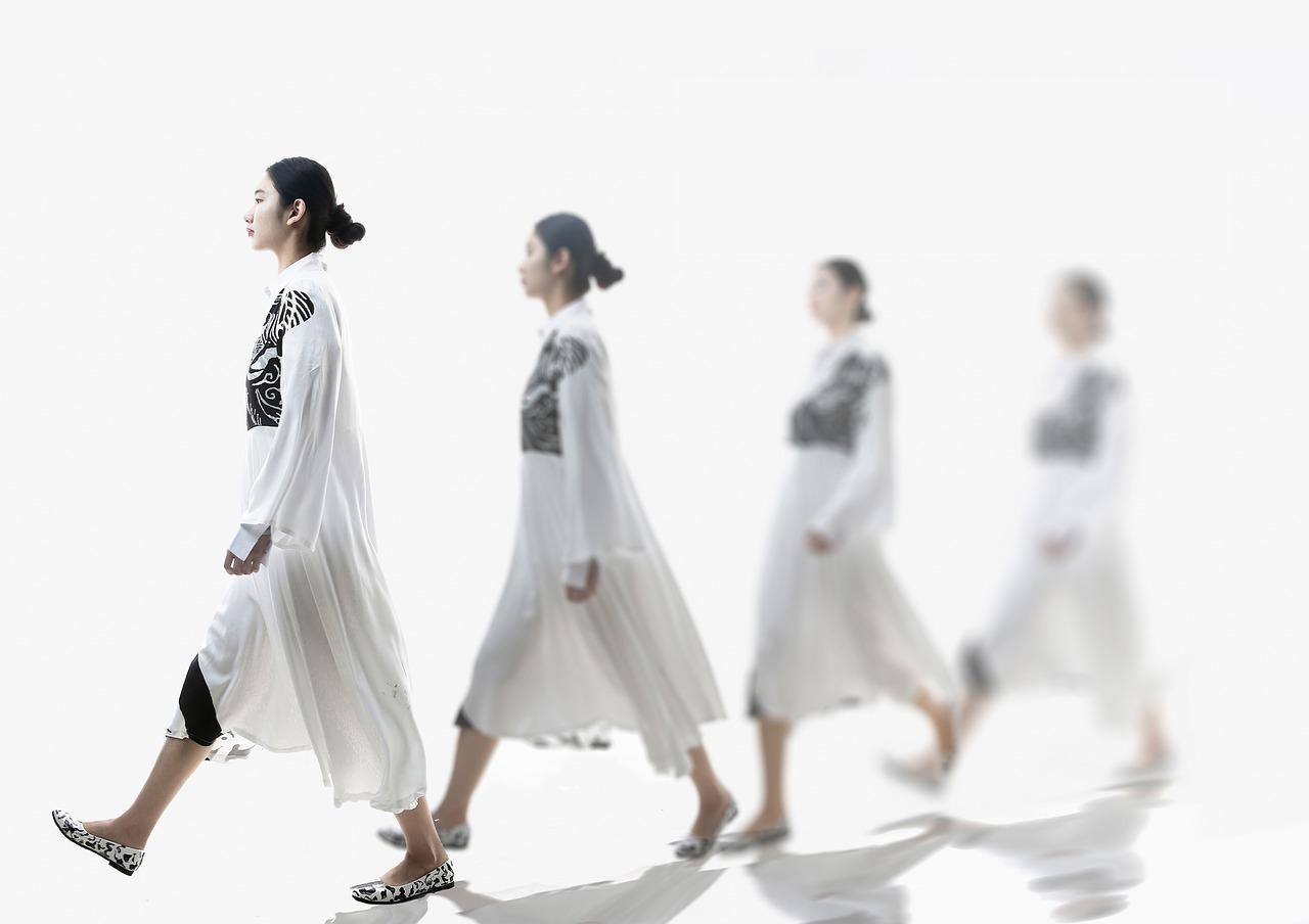 姿勢良く歩く女性