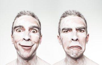 顔が白く塗った男性