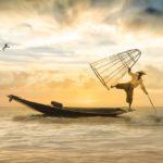 船で漁をするおじさん