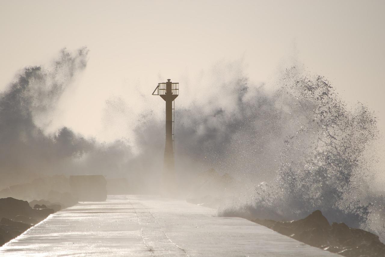 台風の時の海の写真
