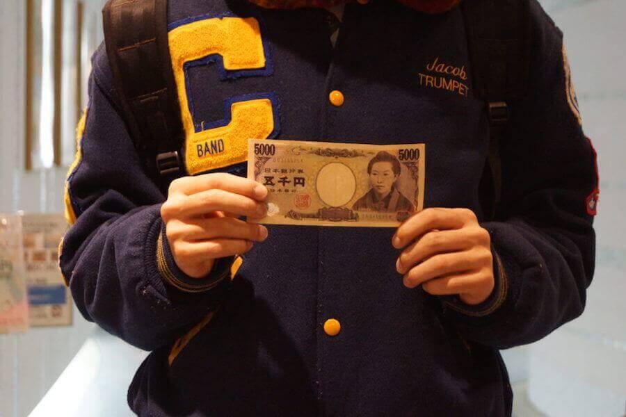 ¥5000を持つ翔太先生1