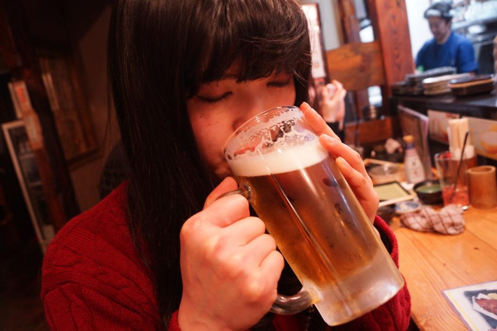 咲恵先生ビールを飲む