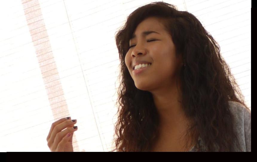 歌を歌っている女性
