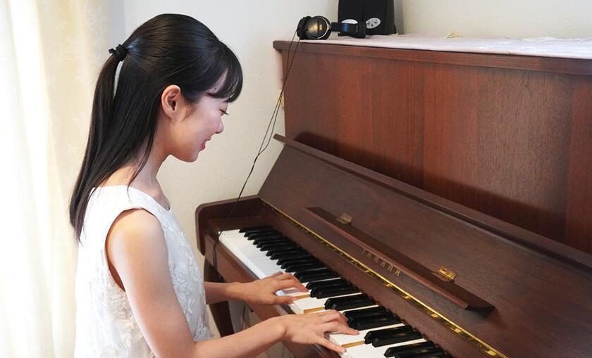 女性がピアノを弾いている様子